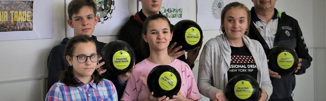 Vítězové soutěže Fandíme Fairtrade dostali fairtradové míče